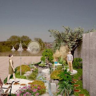 Diseño de piscina con tobogán natural, escandinava, grande, en patio trasero