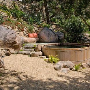 Oberirdisches Mediterranes Pool mit Kies in runder Form mit Wasserspiel in Santa Barbara