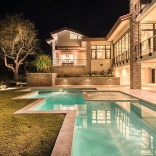 Foto de piscinas y jacuzzis naturales, vintage, de tamaño medio, a medida, en patio trasero, con adoquines de piedra natural