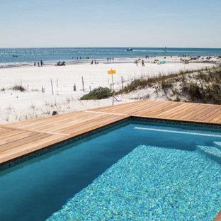 Foto di una piscina monocorsia costiera rettangolare di medie dimensioni e dietro casa con pedane