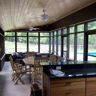 Imagen de casa de la piscina y piscina escandinava, rectangular, en patio trasero, con suelo de hormigón estampado