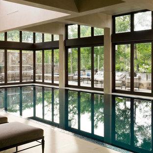 Foto di una grande piscina coperta monocorsia tradizionale rettangolare