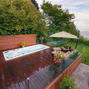 Foto di una piscina monocorsia minimal rettangolare di medie dimensioni e dietro casa con una vasca idromassaggio e pedane