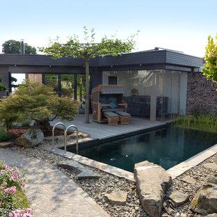 Foto de casa de la piscina y piscina natural, actual, pequeña, rectangular, en patio trasero