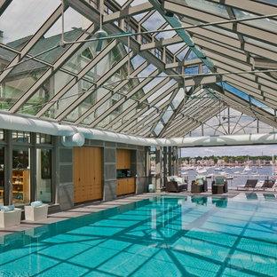 Exempel på en stor modern rektangulär, inomhus pool, med naturstensplattor och spabad