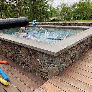 Modelo de piscinas y jacuzzis elevados, eclécticos, pequeños, rectangulares, en patio trasero, con entablado
