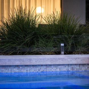 Imagen de piscina vintage, grande, rectangular, en patio trasero, con losas de hormigón
