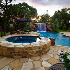 Traditional Pool by CAVINESS LANDSCAPE DESIGN, INC.
