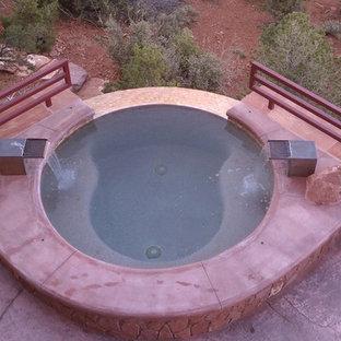 Modelo de piscinas y jacuzzis infinitos, de estilo americano, pequeños, redondeados, en patio trasero