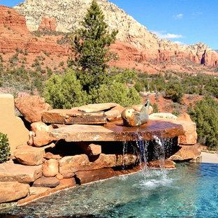 Modelo de piscina con fuente de estilo americano, grande, a medida, en patio trasero, con adoquines de piedra natural