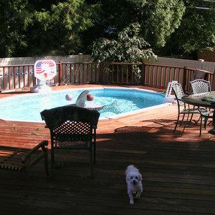 Foto di una piscina classica rotonda dietro casa e di medie dimensioni con pedane