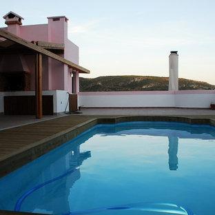 Foto de piscina con fuente marinera, de tamaño medio, rectangular, en azotea, con entablado