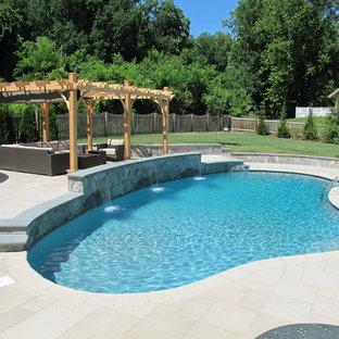 Imagen de piscina con fuente alargada, tradicional, grande, a medida, en patio trasero, con adoquines de piedra natural
