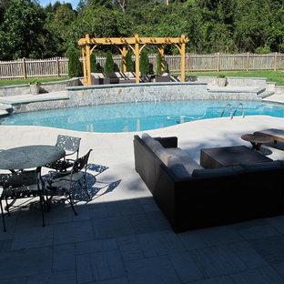 Ispirazione per una grande piscina monocorsia chic personalizzata dietro casa con fontane e pavimentazioni in pietra naturale