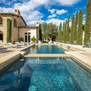 Imagen de piscina alargada, mediterránea, rectangular, en patio trasero