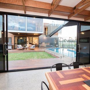 Industrial Pool hinter dem Haus in rechteckiger Form mit Dielen in Sonstige