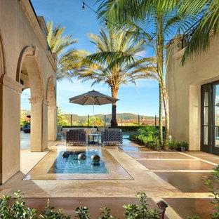 Imagen de piscina con fuente moderna, pequeña, rectangular, en patio lateral, con suelo de hormigón estampado