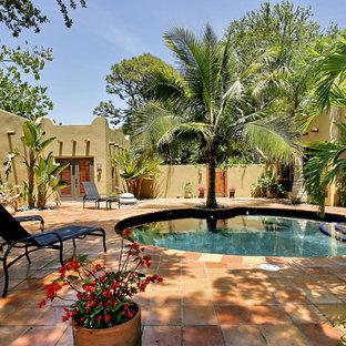 Пример оригинального дизайна: круглый бассейн на заднем дворе в стиле фьюжн с покрытием из плитки