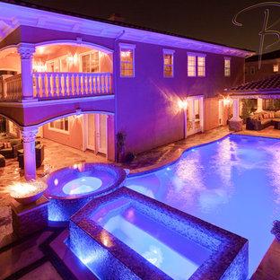 Foto de piscina infinita, a medida, en patio trasero