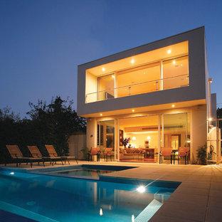 Modelo de piscina alargada, minimalista, de tamaño medio