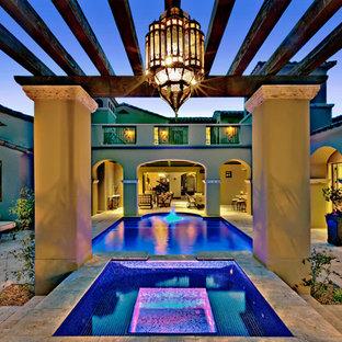 Foto de piscinas y jacuzzis mediterráneos, rectangulares, en patio