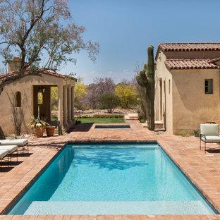 Modelo de piscinas y jacuzzis alargados, mediterráneos, grandes, rectangulares, en patio trasero, con adoquines de ladrillo