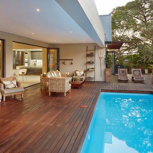 Esempio di una piscina minimal con pedane