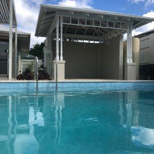 Foto de casa de la piscina y piscina natural, marinera, grande, rectangular, en patio trasero, con adoquines de piedra natural