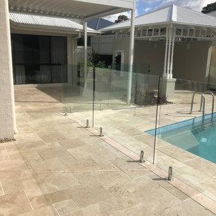 Foto de casa de la piscina y piscina natural, costera, grande, rectangular, en patio trasero, con adoquines de piedra natural