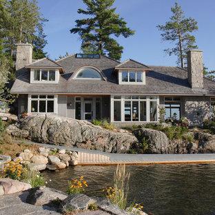 Ispirazione per una piscina naturale classica personalizzata di medie dimensioni e davanti casa con un acquascivolo e pedane