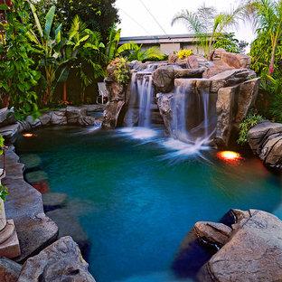 Mittelgroßer Tropischer Pool hinter dem Haus in individueller Form mit Wasserrutsche und Stempelbeton in Orange County