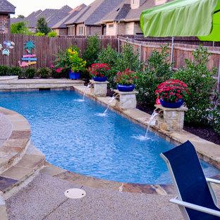 Idee per una piccola piscina monocorsia chic personalizzata dietro casa con fontane