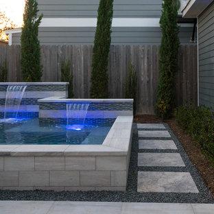 Ejemplo de piscinas y jacuzzis actuales, pequeños, rectangulares, en patio, con adoquines de piedra natural