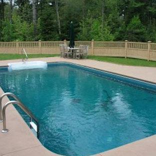 Foto de piscina de estilo americano, pequeña, rectangular, en patio trasero, con losas de hormigón