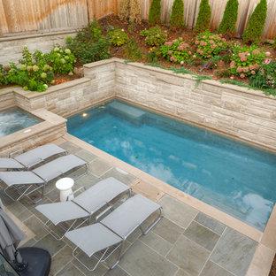 Mittelgroßer Klassischer Whirlpool hinter dem Haus in rechteckiger Form mit Natursteinplatten in Toronto