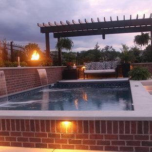 Diseño de piscina elevada, tradicional, pequeña, rectangular, en patio lateral, con adoquines de ladrillo