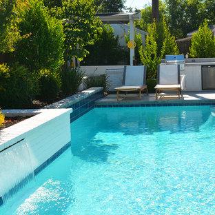 Imagen de piscina con fuente moderna, pequeña, rectangular, en patio trasero, con adoquines de hormigón