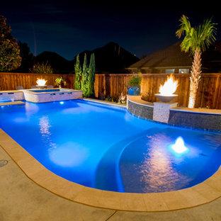 Modelo de piscina con fuente alargada, tradicional renovada, de tamaño medio, a medida, en patio trasero, con suelo de hormigón estampado