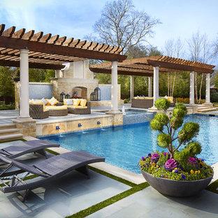 Modelo de piscina con fuente mediterránea, extra grande, a medida, en patio trasero, con losas de hormigón