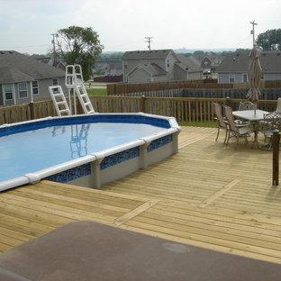 Esempio di un'ampia piscina fuori terra contemporanea rettangolare dietro casa con una vasca idromassaggio e pedane
