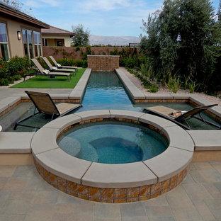 Foto de piscinas y jacuzzis alargados, contemporáneos, de tamaño medio, a medida, en patio trasero, con adoquines de hormigón