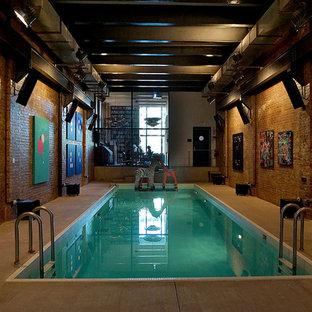 Foto de casa de la piscina y piscina industrial, pequeña, rectangular y interior