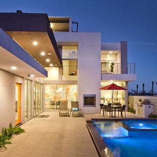 Modelo de piscinas y jacuzzis contemporáneos, rectangulares, en patio trasero
