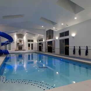 Ejemplo de piscina con tobogán contemporánea interior