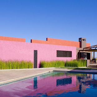 Foto de piscina contemporánea, rectangular, en patio lateral