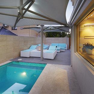 Diseño de piscina tropical, pequeña, con entablado