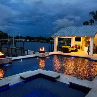 Imagen de casa de la piscina y piscina clásica renovada en forma de L