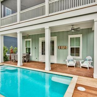 Immagine di una piscina tradizionale di medie dimensioni e dietro casa con pedane