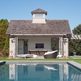 Diseño de casa de la piscina y piscina costera, rectangular, en patio trasero, con adoquines de hormigón