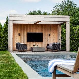Ejemplo de casa de la piscina y piscina de estilo de casa de campo, rectangular, en patio trasero